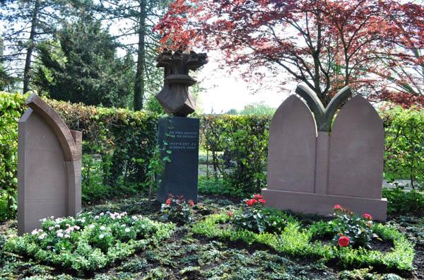 Lieblings Grabgestaltung mit Steinen und Pflanzenmotiven des Freiburger Münsters @XD_62
